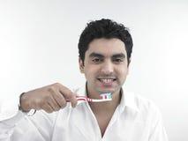 Uomo asiatico con il suo toothbrush Fotografia Stock Libera da Diritti
