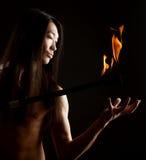 Uomo asiatico con l'esposizione del fuoco Fotografia Stock Libera da Diritti