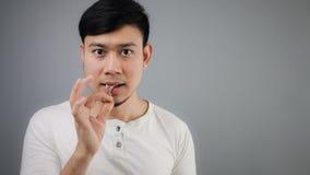 Uomo asiatico con l'osso del pollo Immagini Stock Libere da Diritti