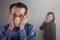 Uomo asiatico del nerd che sembra timido Fotografie Stock