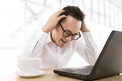 Uomo asiatico depresso di affari Immagine Stock