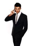 Uomo asiatico di affari che per mezzo del cellulare Fotografia Stock