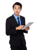 Uomo asiatico di affari che per mezzo del computer della compressa Fotografia Stock