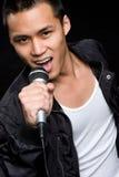Uomo asiatico di canto Immagini Stock Libere da Diritti
