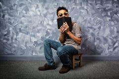 Uomo asiatico di stile dei pantaloni a vita bassa con il libro Fotografia Stock