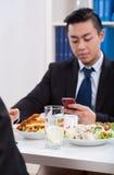 Uomo asiatico durante il tempo del pranzo Fotografie Stock Libere da Diritti
