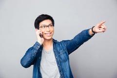 Uomo asiatico felice che parla sul telefono Immagine Stock Libera da Diritti