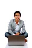 Uomo asiatico felice che si siede sul pavimento Immagini Stock