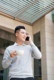 Uomo asiatico felice di affari sul telefono, all'ufficio Fotografia Stock Libera da Diritti