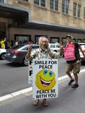 Uomo asiatico felice nel pettorale pubblicitario ed in tipo che photobombing Immagine Stock Libera da Diritti