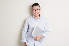 Uomo asiatico maturo e concetto di tecnologia dell'informazione Immagini Stock Libere da Diritti