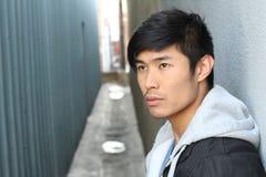 Uomo asiatico in profondità nei pensieri Immagine Stock
