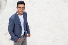 Uomo asiatico serio in maglia blu Fotografia Stock Libera da Diritti