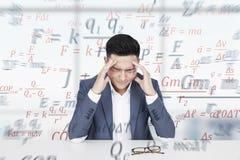 Uomo asiatico sollecitato, formule e scienza Immagine Stock
