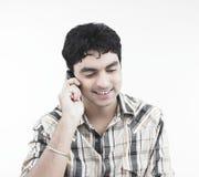 Uomo asiatico sul suo telefono delle cellule Fotografia Stock