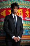 Uomo asiatico in tempiale con gli occhi chiusi Fotografia Stock Libera da Diritti