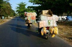 Uomo asiatico, trasporto, il pericolo, motocicletta Fotografia Stock Libera da Diritti