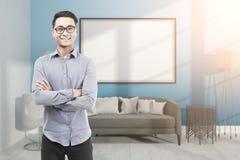 Uomo asiatico in vetri nella stanza blu con la lavagna Fotografia Stock Libera da Diritti