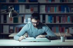 Uomo astuto che studia alla notte Fotografia Stock Libera da Diritti