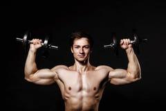 Uomo atletico bello con le teste di legno che guardano con confidenza in avanti Fotografia Stock Libera da Diritti