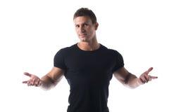 Uomo atletico in camicia nera con a braccia aperte Fotografia Stock