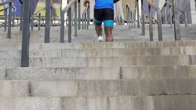 Uomo atletico che conquista i provvedimenti concreti lunghi, strada a successo, simbolo di risultato stock footage