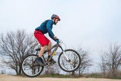 Uomo atletico che guida una bici lifestyle immagini stock