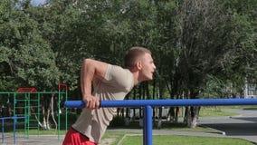 Uomo atletico che si esercita all'aperto stock footage