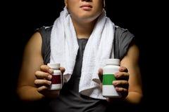 Uomo atletico che usando i supplementi fotografia stock