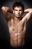 Uomo atletico con l'addome muscolare fine fotografia stock