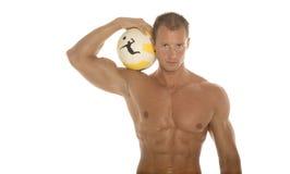 Uomo atletico con la sfera fotografia stock libera da diritti