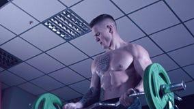 Uomo atletico con le scosse tatuate del bicipite archivi video