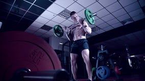 Uomo atletico con le scosse tatuate del bicipite stock footage