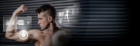 Uomo atletico di misura che flette i muscoli in palestra con l'interfaccia di salute immagine stock