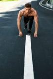 Uomo atletico pronto ad iniziare ad correre all'aperto Concetto di allenamento di sport Fotografie Stock