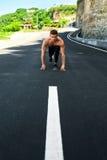 Uomo atletico pronto ad iniziare ad correre all'aperto Concetto di allenamento di sport Fotografie Stock Libere da Diritti