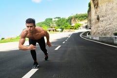 Uomo atletico pronto ad iniziare ad correre all'aperto Concetto di allenamento di sport Fotografia Stock Libera da Diritti
