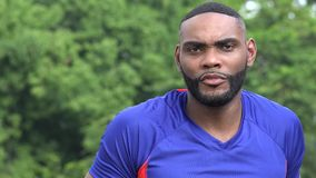 Uomo atletico spaventoso dell'africano nero stock footage