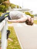 Uomo attivo che allunga scaldarsi esercitazione Fotografie Stock Libere da Diritti