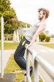 Uomo attivo che allunga scaldarsi esercitazione Fotografia Stock
