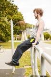 Uomo attivo che allunga scaldarsi esercitazione Immagine Stock