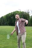 Uomo attivo che gioca il gioco in parco, concetto di volano di estate Fotografie Stock