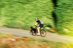Uomo attivo del giovane ciclista veloce del ciclista che guida una bici su un summe Immagini Stock