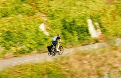 Uomo attivo del giovane ciclista veloce del ciclista che guida una bici su un summe Immagine Stock