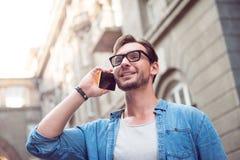 Uomo attraente allegro che parla sul telefono Fotografie Stock Libere da Diritti