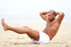 Uomo attraente che fa allenamento di forma fisica Fotografia Stock Libera da Diritti