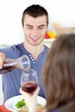 Uomo attraente che ha pranzo con la sua amica Fotografia Stock