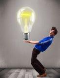 Uomo attraente che tiene lampadina realistica 3d Immagine Stock