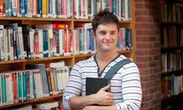 Uomo attraente che tiene un libro Immagine Stock