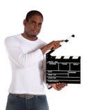 Uomo attraente che usando clapperboard Fotografie Stock Libere da Diritti